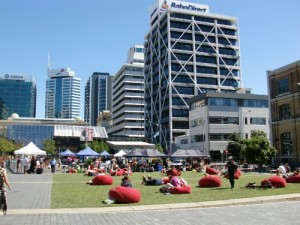 Farniente au soleil à Takutai Square, Auckland