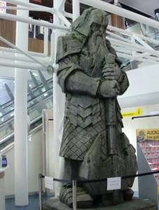 La statue de Gimli attend les passagers à l'aéroport d'Auckland